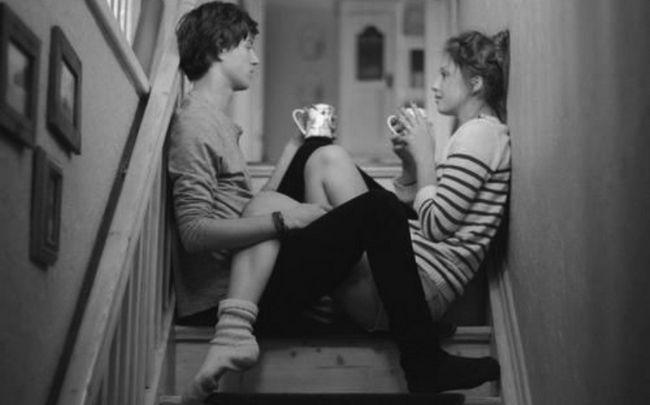 Paare, die auf Treppen