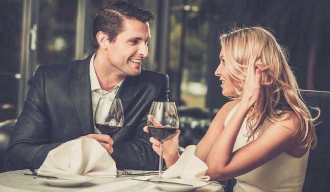 Paar beim Abendessen (3)