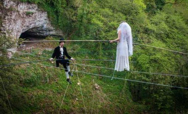 High Wire Ehe Paar baumelnden 25 Meter über dem Boden verheiratet!