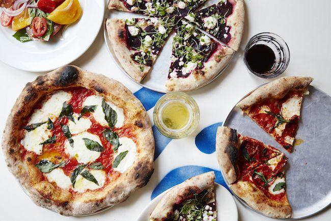 Pizza stapeln hoch mit Gemüse und einem Strand vibes beiseite