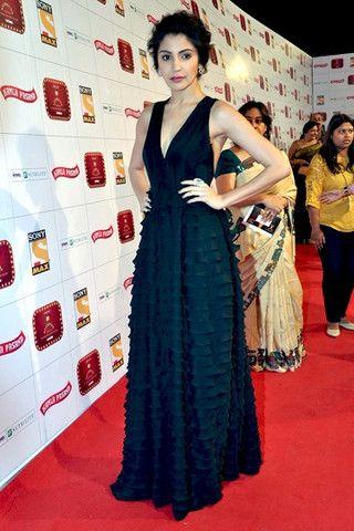 Schöne Anushka Sharma im schwarzen Kleid