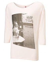 Ein T-Stück mit einem Foto von einem Ballerina BNT Archiv gedruckt an der Tür der Szene.