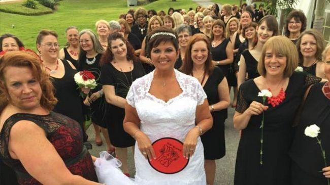 Das Guinness-Weltrekord Buch für die meisten der Brautjungfern bei einer Hochzeit ist auf 168 127 gestiegen!