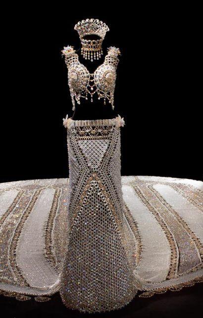 Würden Sie ein Hochzeitskleid von 170 kg tragen?